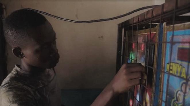 enfant kenyan joue aux machines a sous