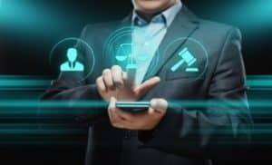 Homme en costume cliquant sur son smartphone - casinogratuitsansdepot.com